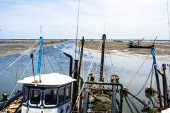 Vissersboot dichtbij kust royalty-vrije stock afbeelding
