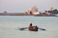 Vissersboot dichtbij kust Stock Foto