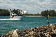 Vissersboot die aan haven terugkeert Stock Afbeelding