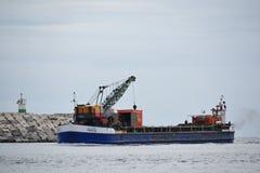 Vissersboot die aan haven terugkeren Stock Afbeeldingen