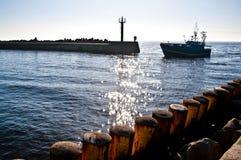Vissersboot die haven ingaan stock afbeeldingen