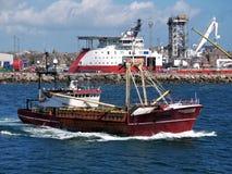 Vissersboot die Haven verlaten aan Overzees stock fotografie