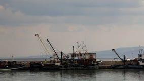 Vissersboot die klaar worden stock videobeelden