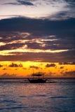 Vissersboot die langs zonsondergang varen Royalty-vrije Stock Afbeeldingen