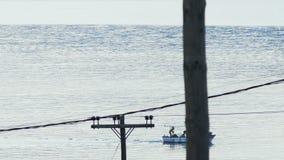 Vissersboot die naar dorp terugkeren