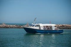 Vissersboot die naar haven met toeristen terugkeren Stock Afbeeldingen