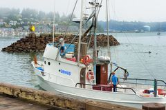 Vissersboot die naar Haven in Nieuwpoort Oregon terugkeren Royalty-vrije Stock Afbeelding