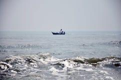 Vissersboot die op het overzees drijven Stock Foto