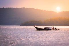 Vissersboot die op het overzees in zonsopgangtijd kruisen Royalty-vrije Stock Afbeelding