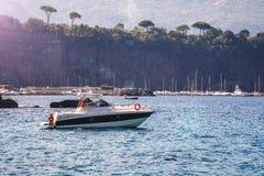 Vissersboot die op het water, het blauwe overzees en de hemel met copyspace drijven stock afbeelding