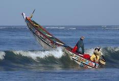 Vissersboot die over een golf gaat royalty-vrije stock afbeelding