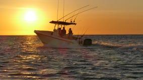 Vissersboot die uit aan overzees in Mexicaanse wateren rennen Stock Foto's