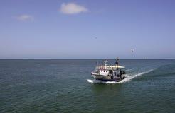 Vissersboot die van Zware arbeid, Middellandse Zee terugkeren Royalty-vrije Stock Foto's