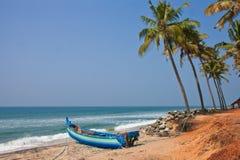 Vissersboot die zich op het verlaten strand bevinden Royalty-vrije Stock Afbeeldingen