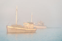 Vissersboot in dikke mist Royalty-vrije Stock Fotografie
