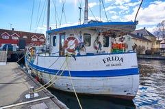Vissersboot door de kust wordt vastgelegd die royalty-vrije stock foto