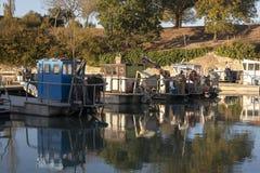 Vissersboot in een Franse Haven van Île D 'Oléron wordt vastgelegd die stock foto