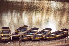 Vissersboot in een kalm meerwater/een oude houten vissersboot woode stock foto