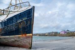 Vissersboot in een kleine stad stock fotografie