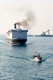 Vissersboot en cruisevoering Royalty-vrije Stock Afbeeldingen