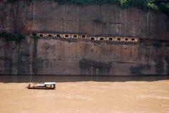 Vissersboot en verlaten huizen op Yangtze-rivier stock afbeeldingen