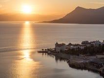 Vissersboot en vissend bij zonsondergang in het Egeïsche Overzees in Griekenland royalty-vrije stock afbeelding