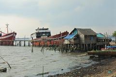 Vissersboot en visserijdorp Stock Afbeelding