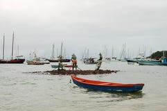 Vissersboot en vissers? s standbeeld Stock Foto