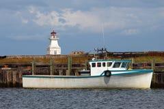 Vissersboot en vuurtoren Stock Afbeeldingen