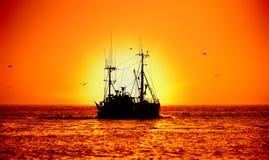 Vissersboot en zonsondergang Royalty-vrije Stock Foto