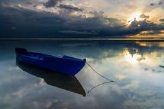 Vissersboot en zonsopgang met onweer Royalty-vrije Stock Foto