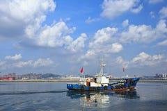 Vissersboot in Haven van Dalian, China Stock Foto