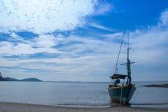 vissersboot in hemel bloue royalty-vrije stock afbeeldingen