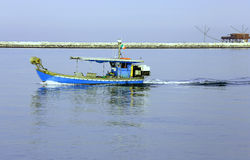 Vissersboot in het Adriatische overzees in Italië Stock Fotografie
