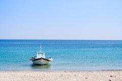Vissersboot in het Egeïsche Overzees, Griekenland Stock Foto