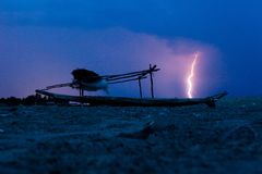 Vissersboot in het onweer Royalty-vrije Stock Foto