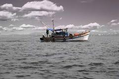 Vissersboot in het overzees Stock Foto