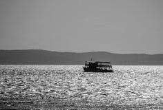Vissersboot in het overzees bij zonsondergang. Royalty-vrije Stock Foto's