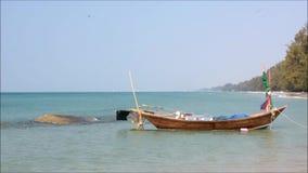 Vissersboot in het overzees met bergen en blauwe hemel stock videobeelden