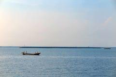 Vissersboot in het overzees met blauwe hemel Stock Foto