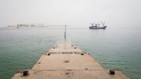Vissersboot in het overzees onder de wolken royalty-vrije stock fotografie
