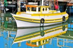 Vissersboot in het water in San Francisco, de V.S. wordt weerspiegeld die. stock fotografie