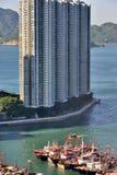 Vissersboot in Hongkong, dicht door woonplaatsgebied Royalty-vrije Stock Foto