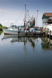 Vissersboot in jachthaven Stock Foto