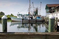 Vissersboot in jachthaven Stock Afbeelding