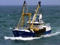 Vissersboot Lopend aan Haven royalty-vrije stock afbeelding