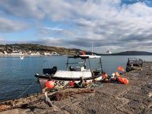 Vissersboot in Lyme Regis Harbour Stock Foto's