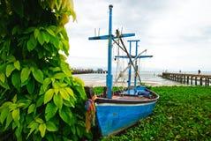 Vissersboot met blad en overzeese achtergrond Royalty-vrije Stock Afbeeldingen