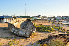 Vissersboot met de Visserij van Dorp op Achtergrond Stock Afbeeldingen
