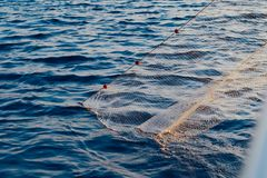 Vissersboot met een net in het overzees Stock Afbeeldingen